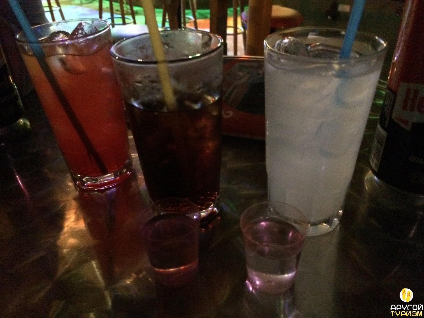 Алкогольный сет в баре - три коктейля и два шота